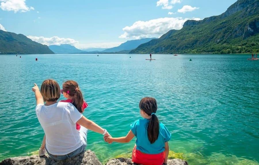 une famille en bord de lac